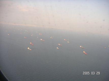 海峡は現在も大渋滞